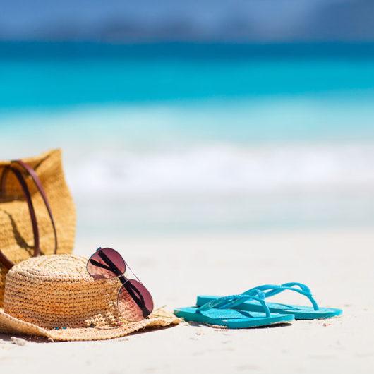 allergies et vacances chapeau lunettes de soleil et trousse d urgence